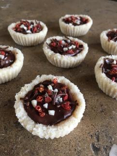 mini-bounty gebakjes met een ganache van chocolade